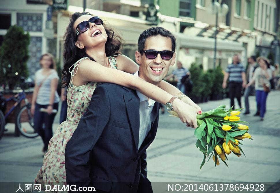 男子与拿郁金香的美女摄影高清图片