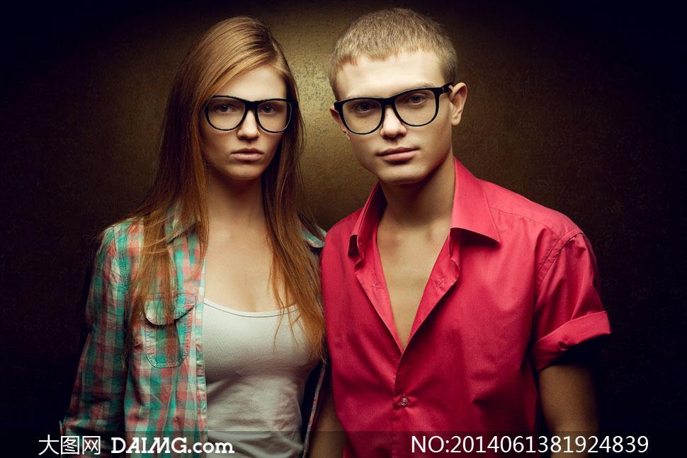 美女与穿短袖衫的帅哥摄影高清图片