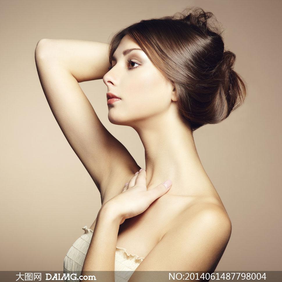 头发盘起来的美女侧面摄影高清图片