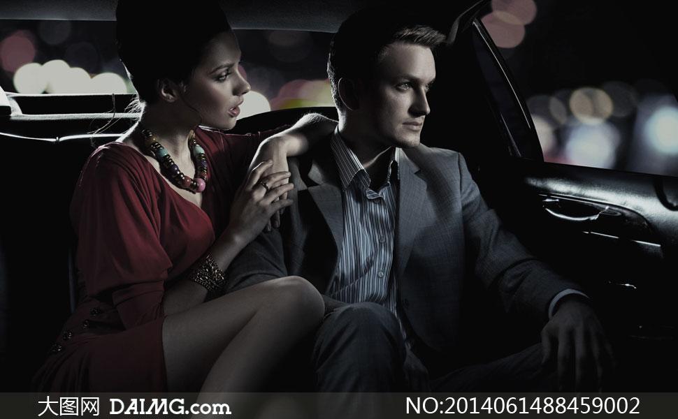 车里的西装男子与美女摄影高清图片