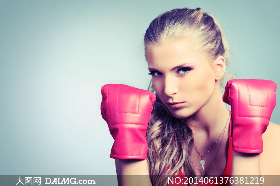 戴拳击手套的运动美女摄影高清图片
