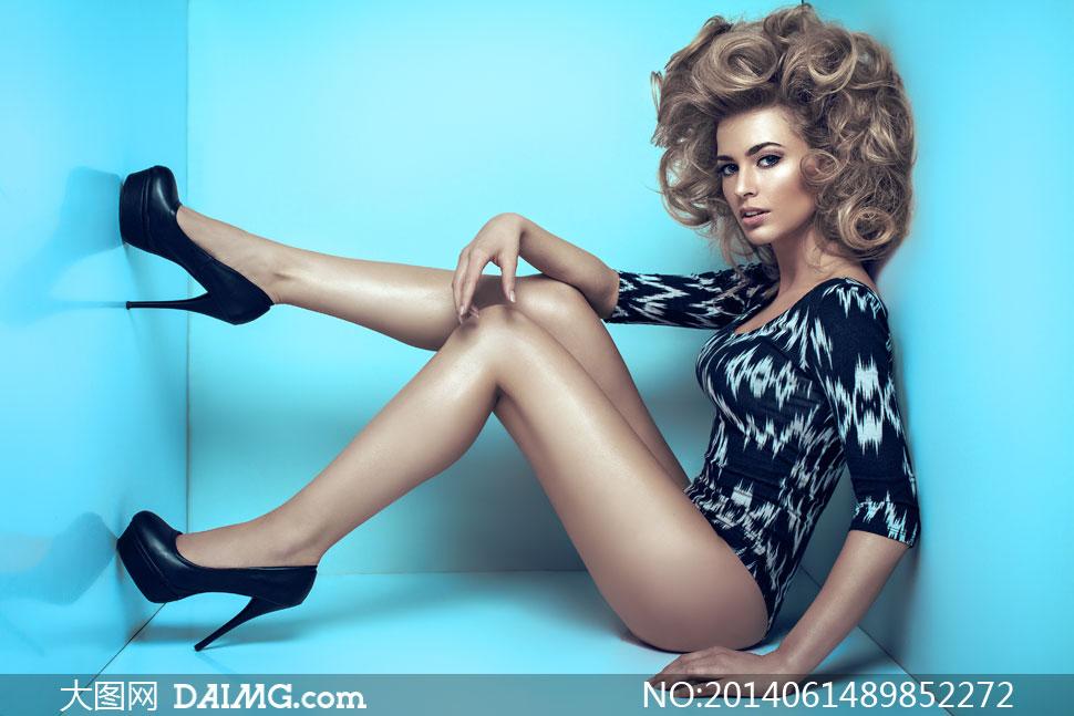 长发眼妆妆容美妆性感连体装长腿美腿高跟鞋蓝色空间图片