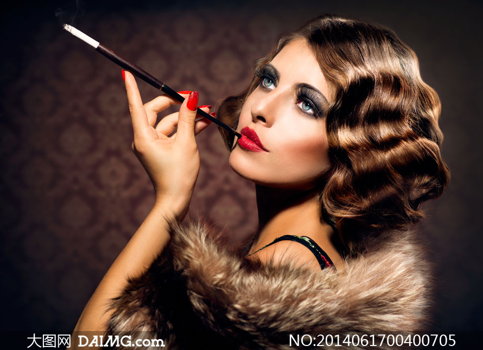 在抽烟的复古装扮美女摄影高清图片