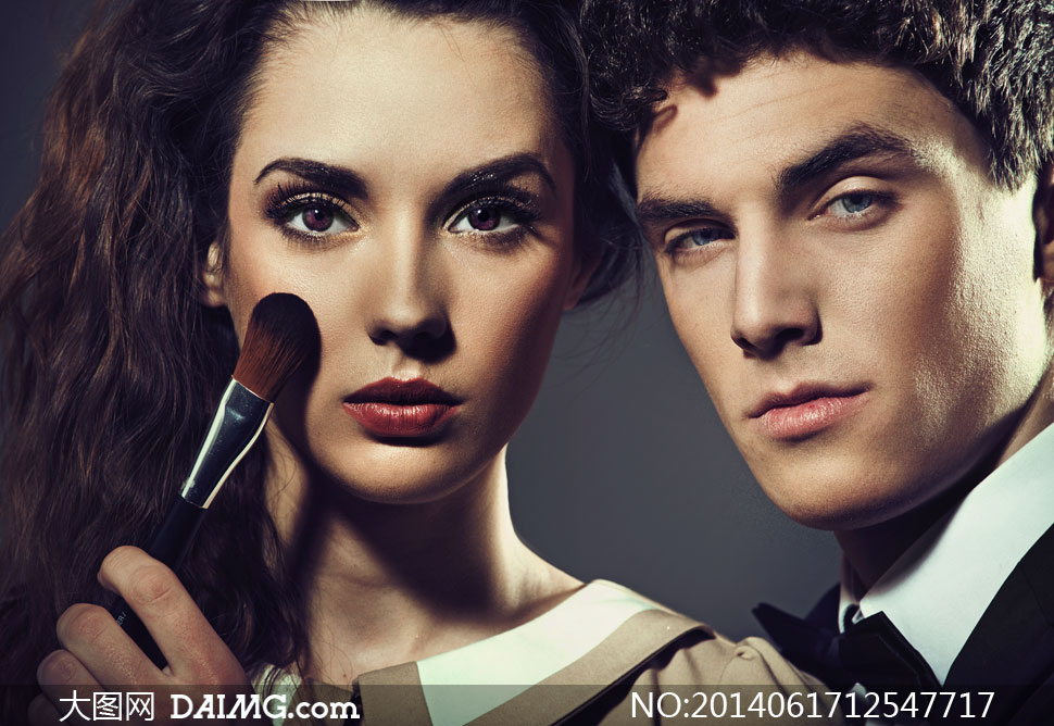 男士与拿化妆刷的美女摄影高清图片 大图网设