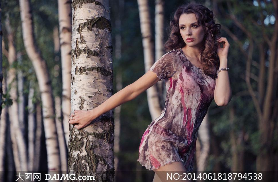 树林里的美女人物写真摄影高清图片
