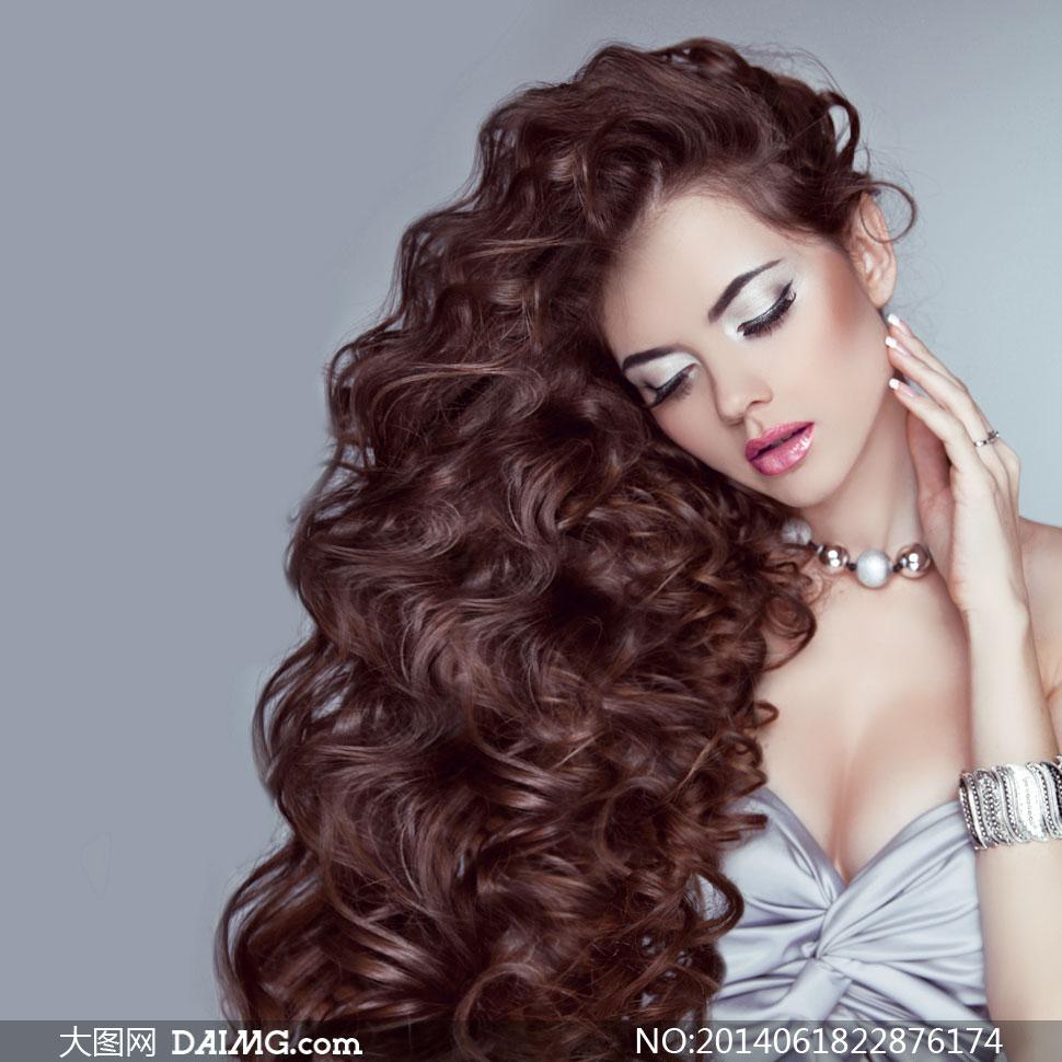 浓厚卷发美女模特人物摄影高清图片 大图网设