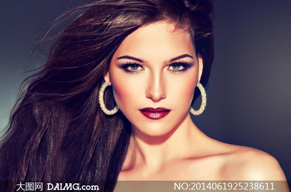 头发梳一边的美女模特摄影高清图片