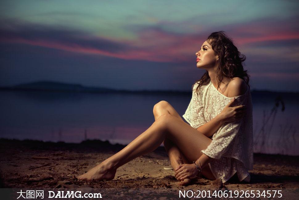 光着脚坐在湖边的美女摄影高清图片