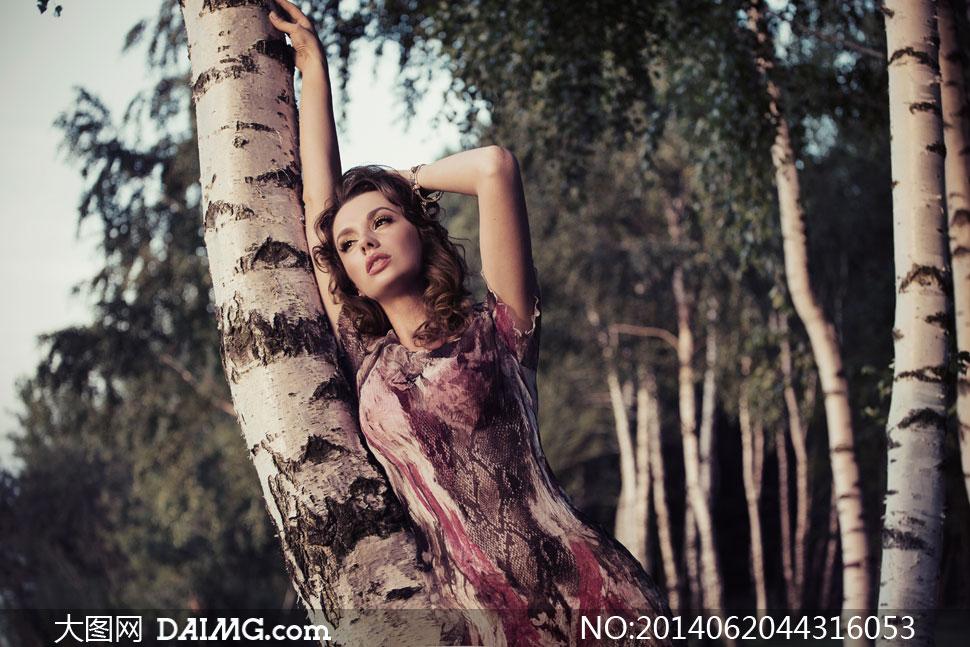 靠在大树上的裙装美女摄影高清图片