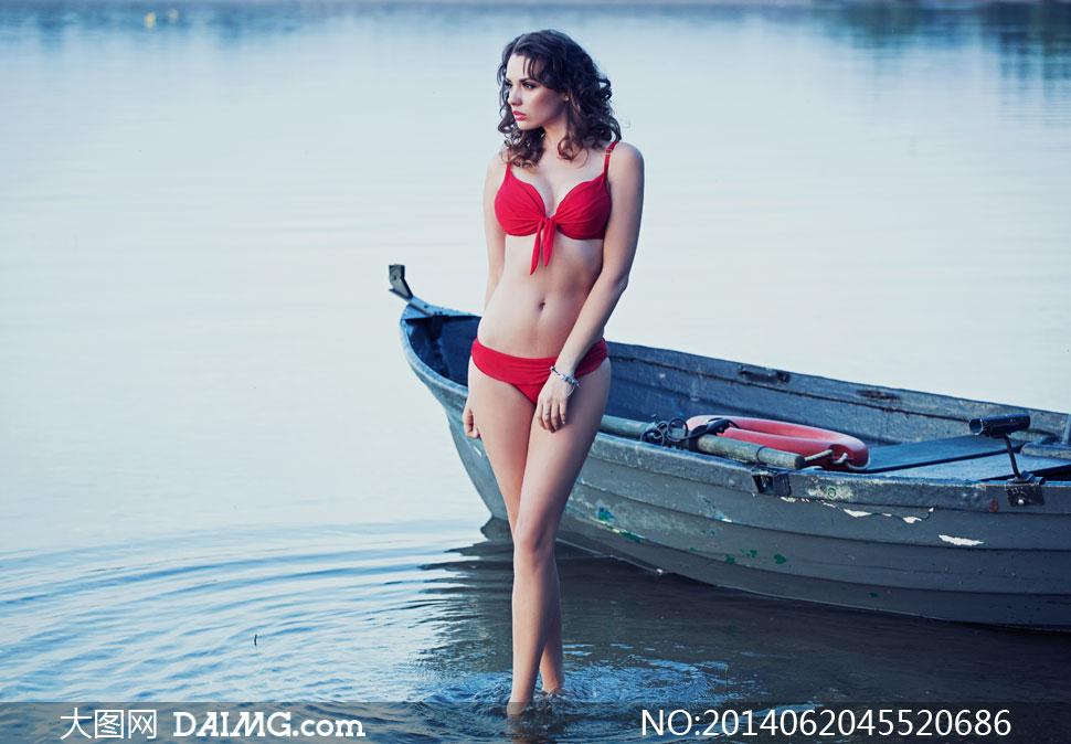 水边的红色比基尼美女摄影高清图片下载