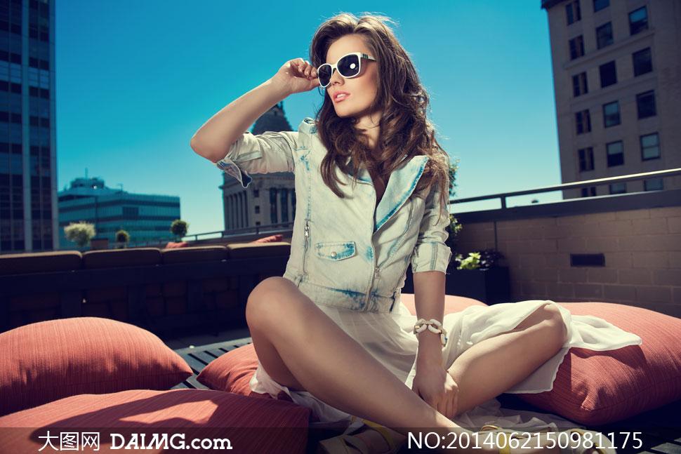 露台上坐着的墨镜美女摄影高清图片