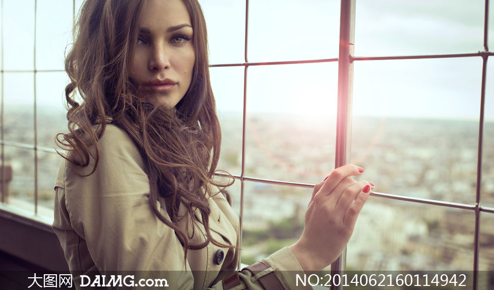 紧靠着窗户的长发美女摄影高清图片