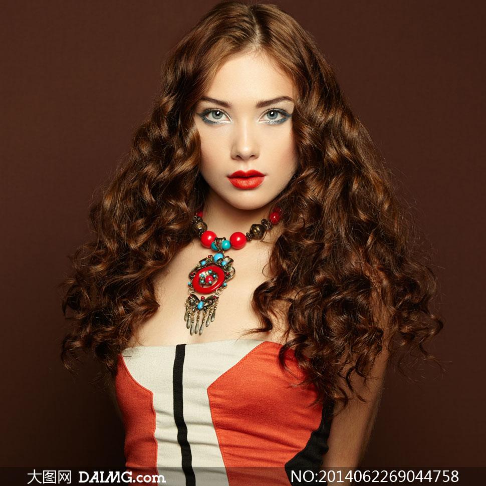 披肩卷发的抹胸装美女摄影高清图片