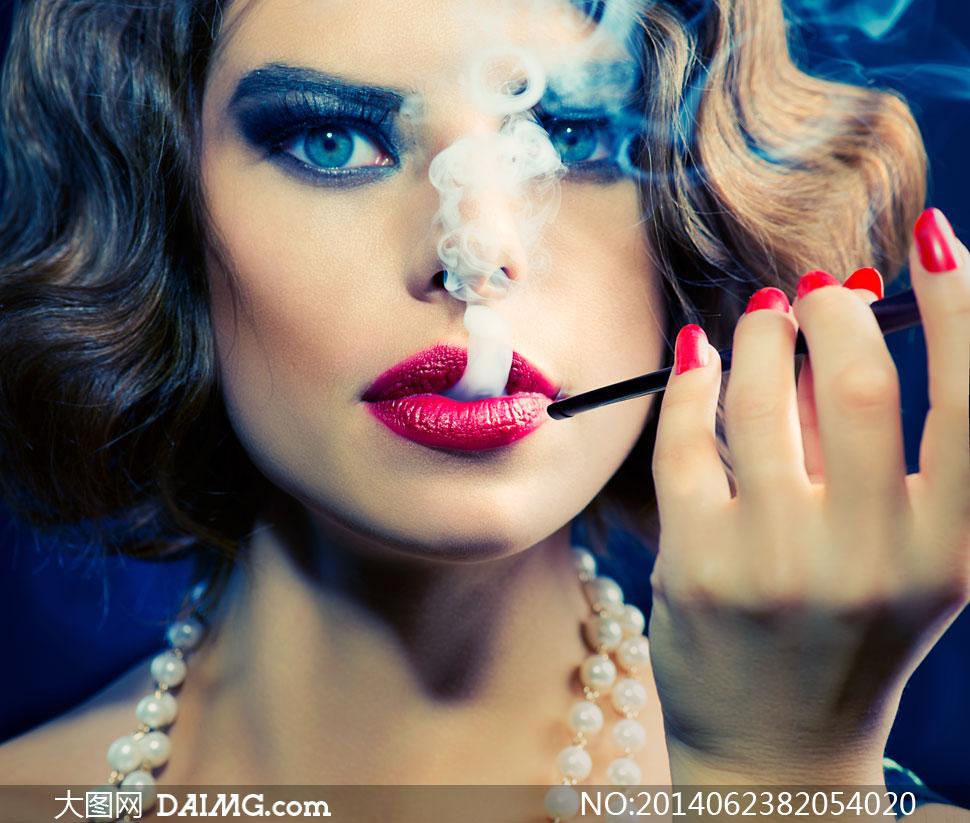 在吞云吐雾的浓妆美女摄影高清图片
