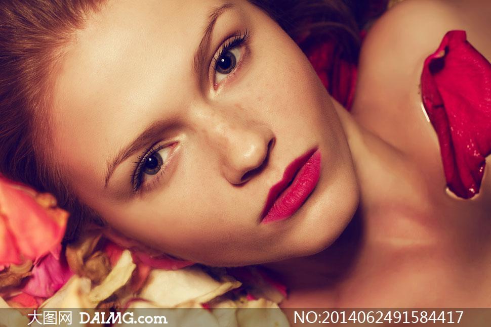 图片素材人物美女女性女人模特写真唇妆红唇近景特写局部花瓣红色躺着