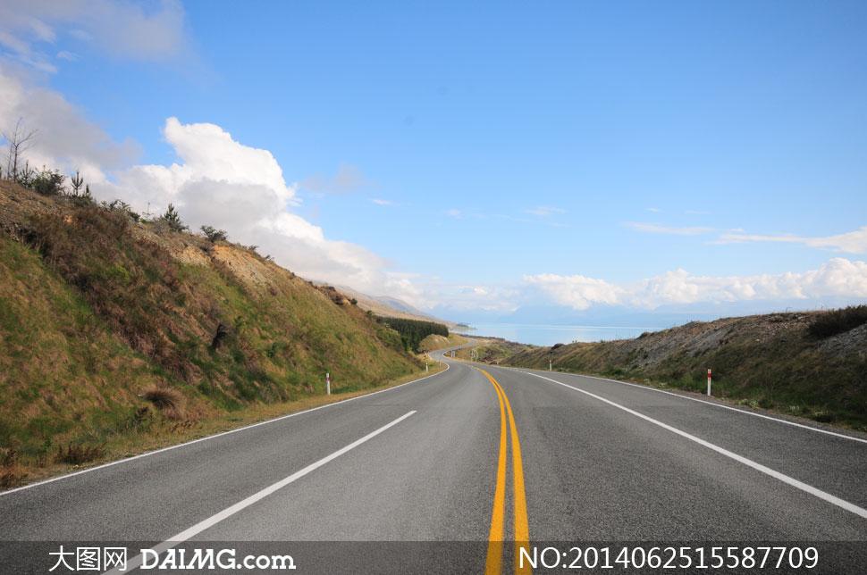 关键词: 高清摄影大图图片素材公路道路路面风光风景自然黄色白色标线