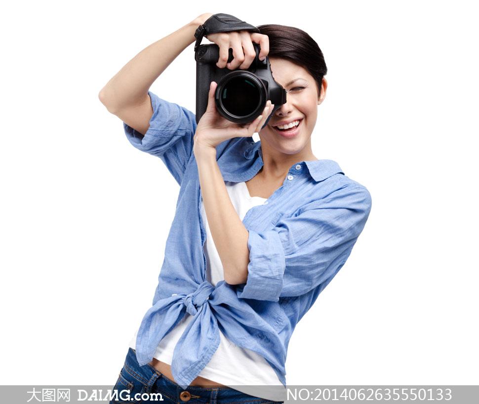 手持照相机拍照的美女摄影高清图片