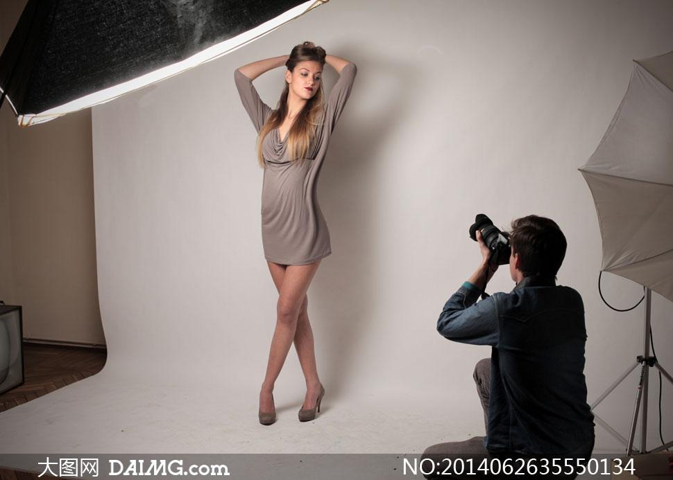 摄影棚给模特拍照的摄影师高清图片