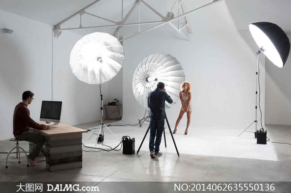 摄影棚里的摄影师模特摄影高清图片 大图网设