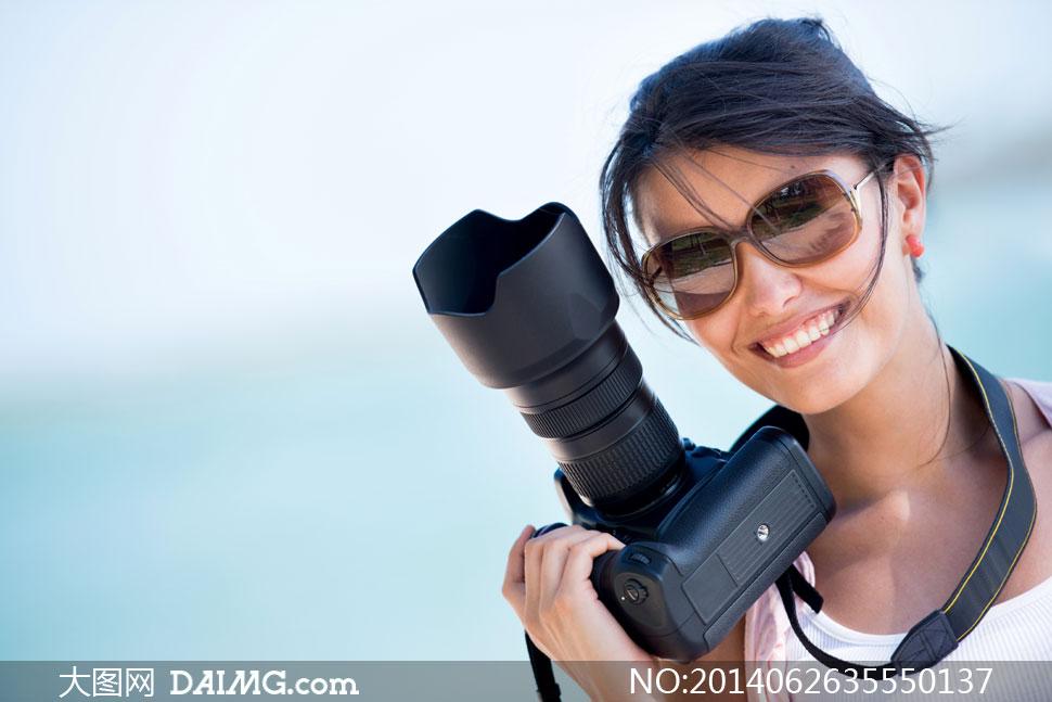 戴着墨镜的美女摄影师摄影高清图片