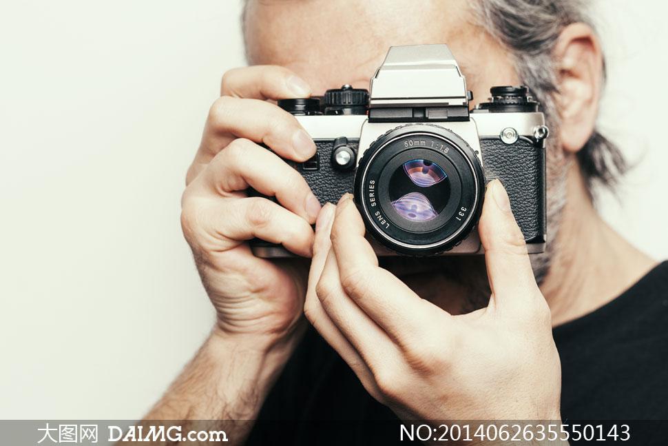 拿着相机拍照的摄影师摄影高清图片
