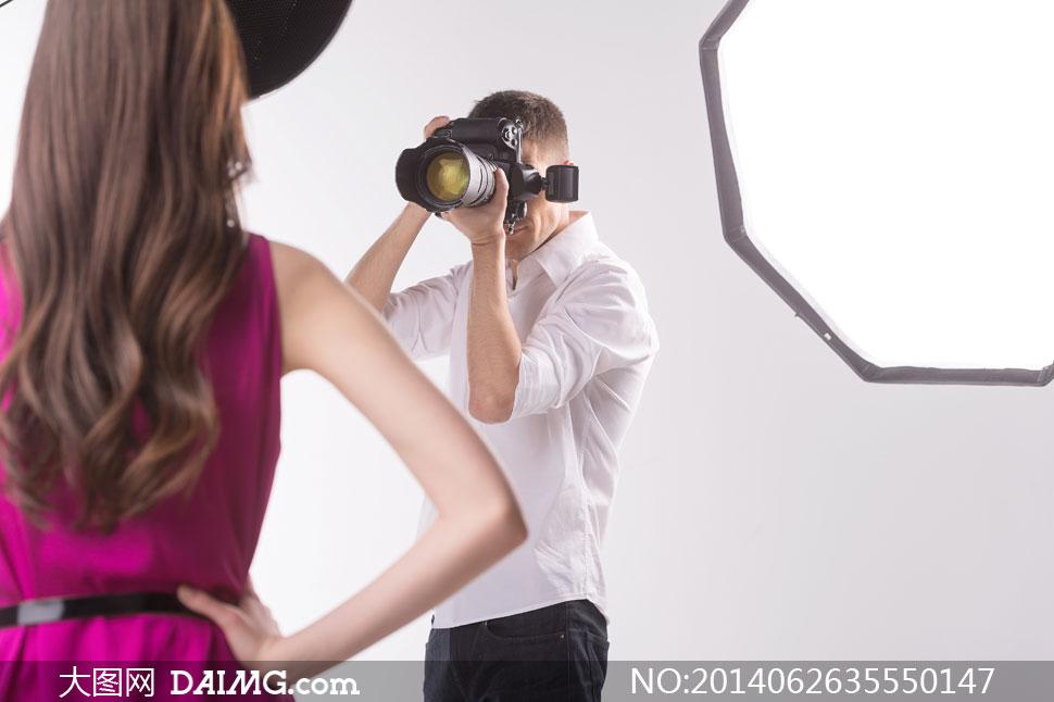 在给模特拍照的摄影师摄影高清图片