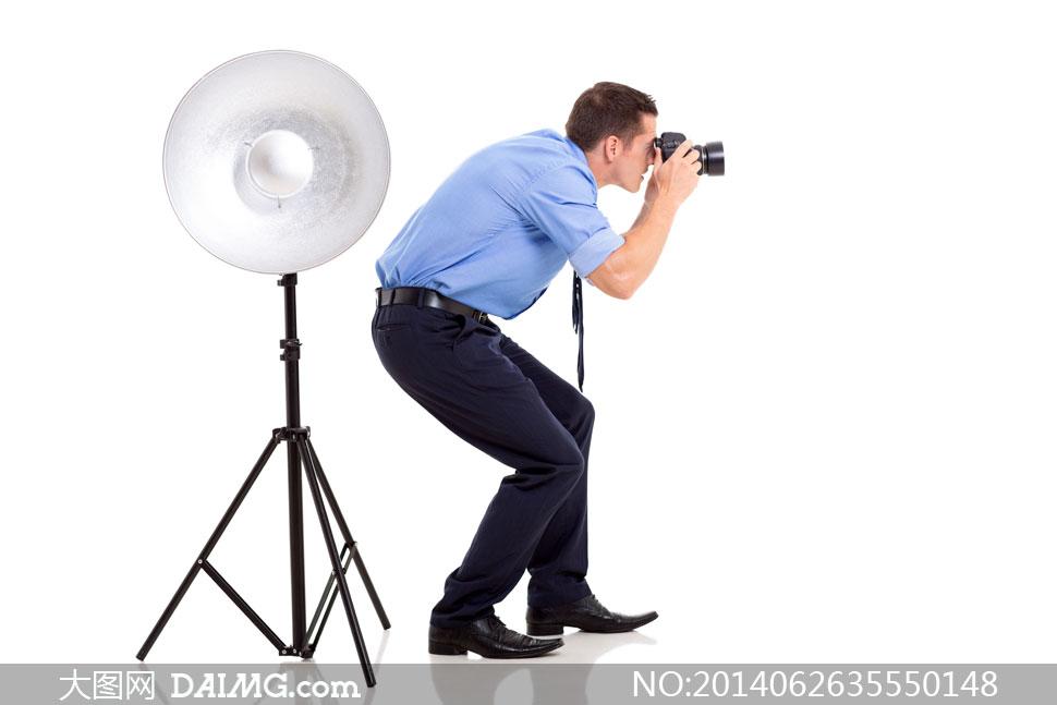 摄影器材与弯着腰的摄影师高清图片 - 大图网设计素材