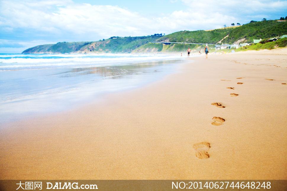 蓝天白云沙滩上的脚印摄影高清图片
