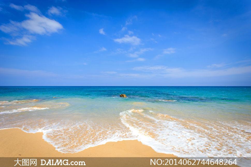 蓝天白云大海沙滩风光摄影高清图片图片