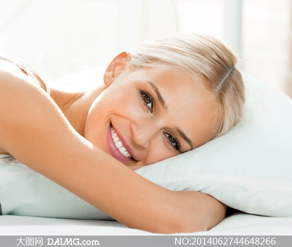 抱枕头趴着睡觉的美女摄影高清图片