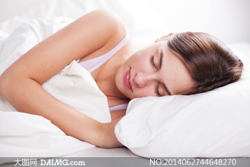 枕着白枕头入睡的美女摄影高清图片