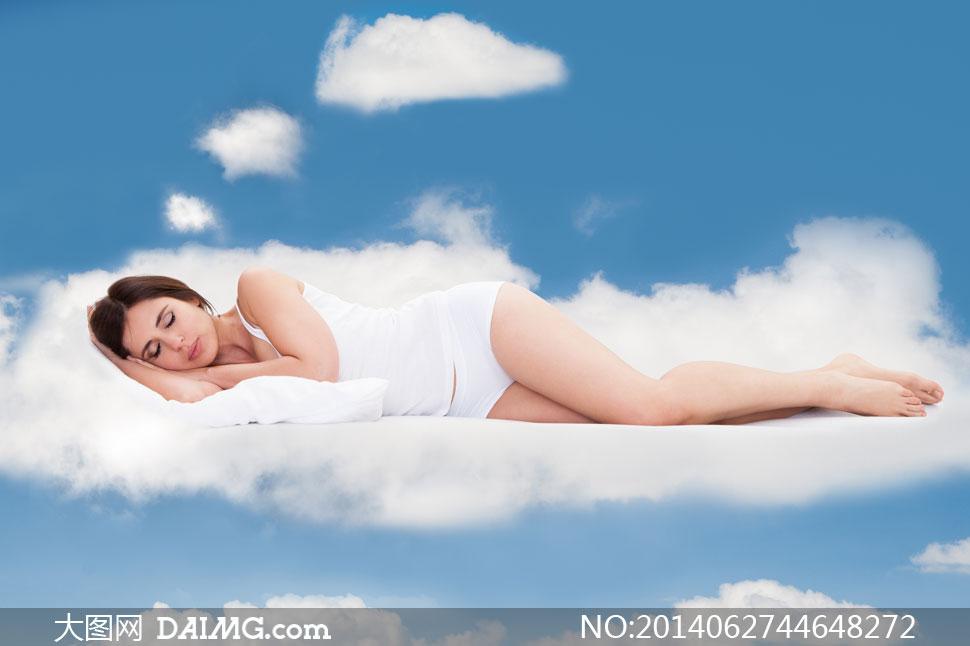 云层上睡着的美女创意摄影高清图片