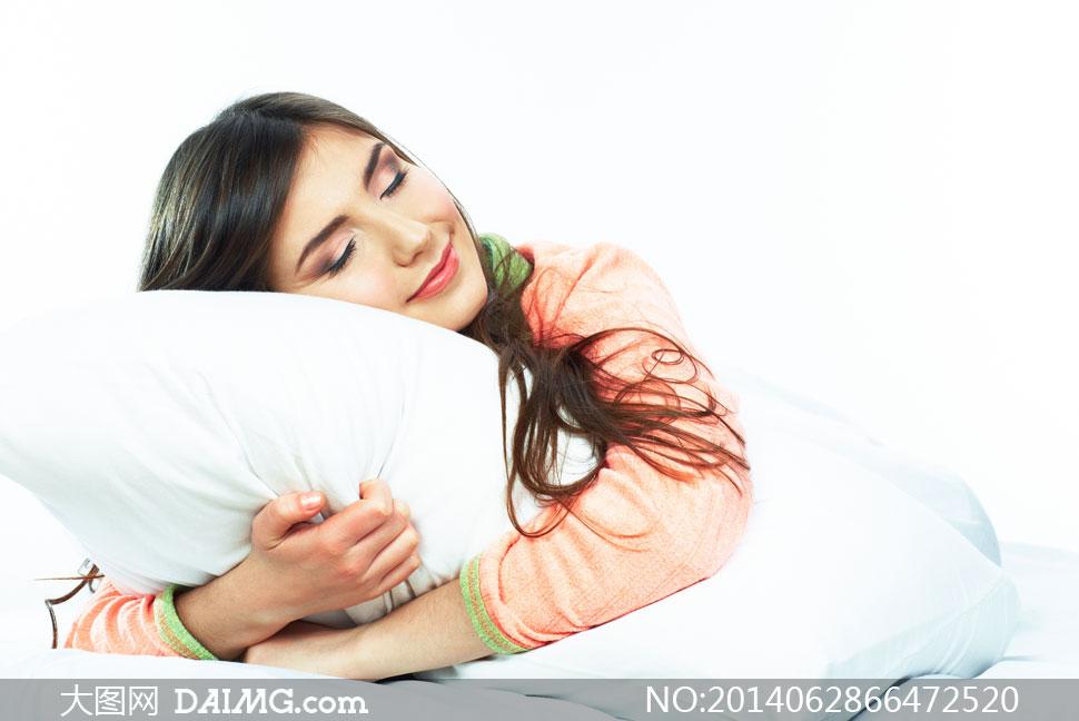 抱着枕头入睡的长发女摄影高清图片