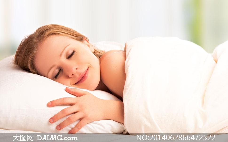 美女女性女人睡眠梦乡入梦白色睡着睡觉露肩被子枕