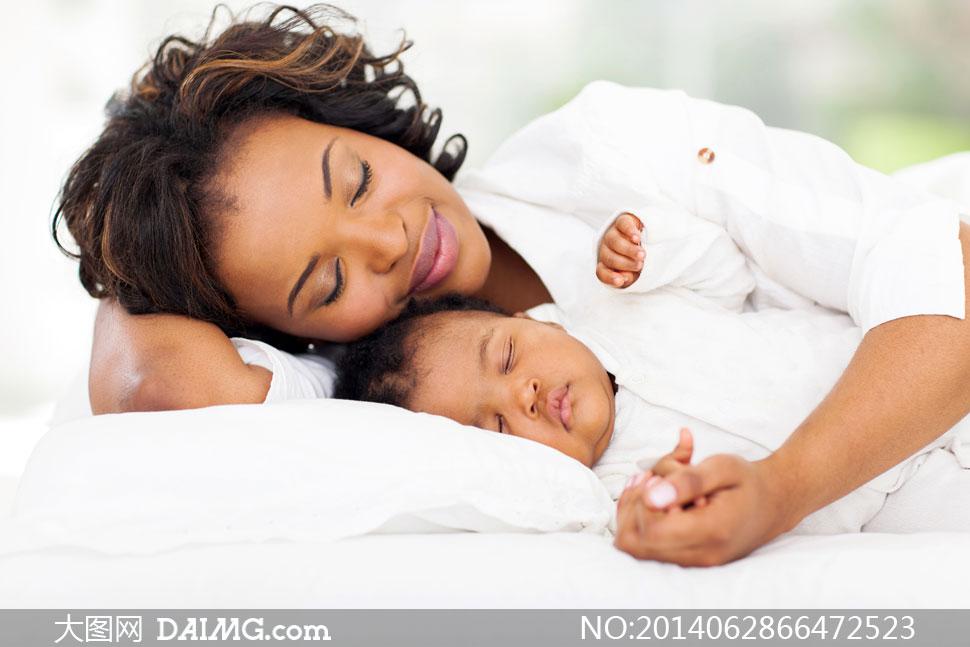 跟小宝贝一起睡的妈妈摄影高清图片