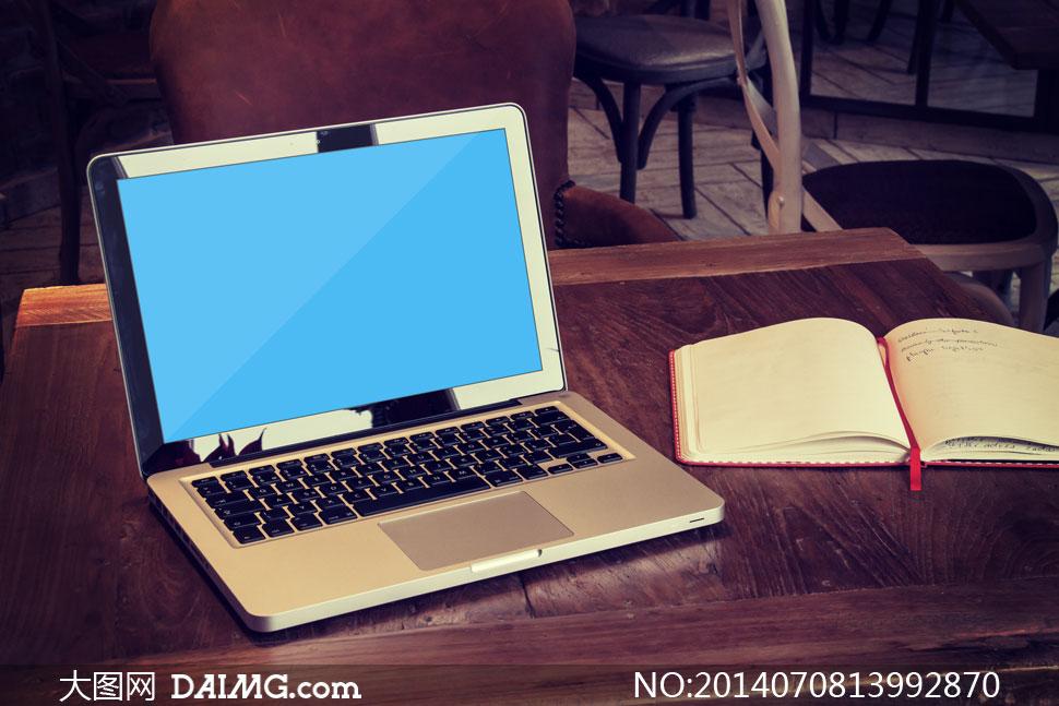 在桌子上的笔记本屏幕内容设计模版图片