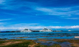 蓝天下的青海湖摄影图片