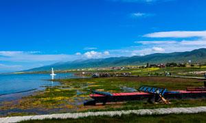 山坡下的美丽青岛湖摄影图片