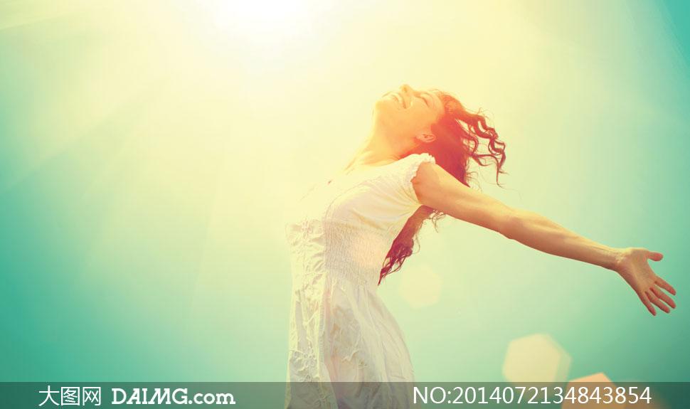 张开双臂的长发裙装女摄影高清图片