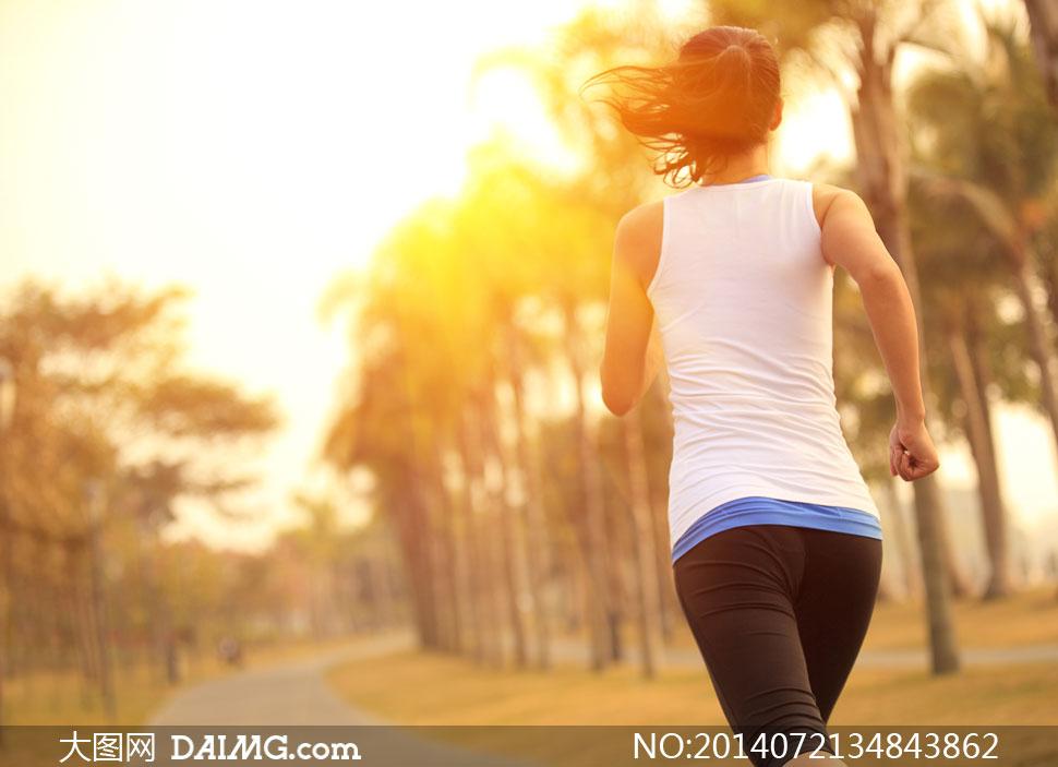 在户外跑步的美女背影摄影高清图片