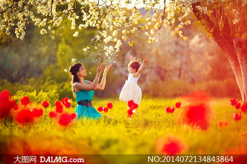 在陪着孩子玩耍的美女摄影高清图片