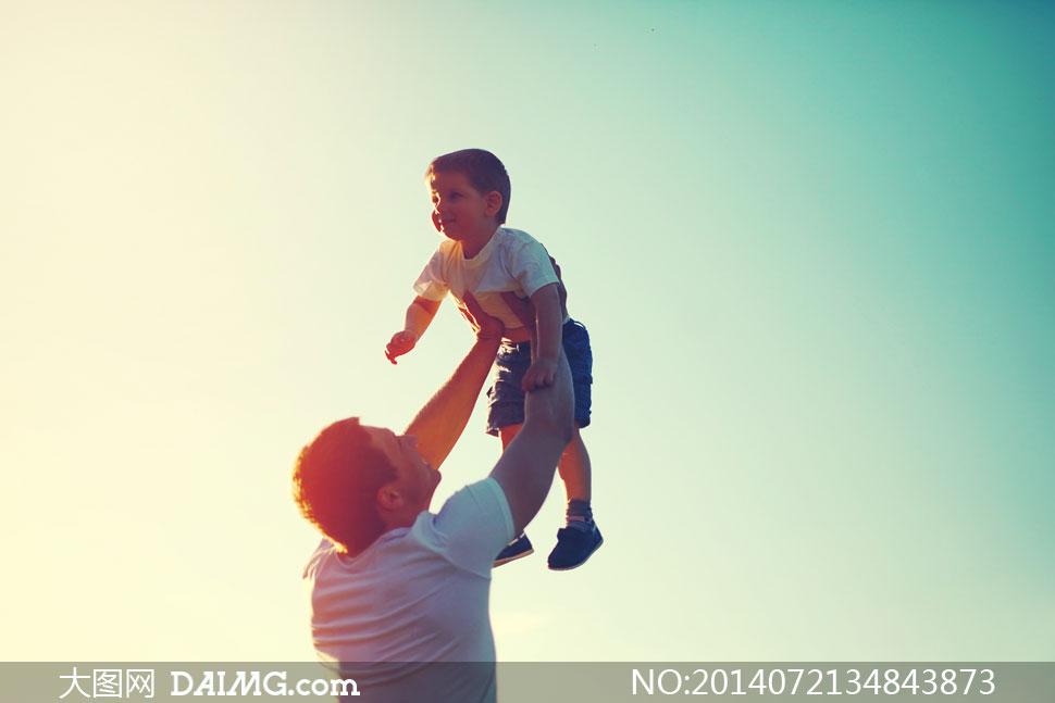摄影大图图片素材人物男人男性男子儿童小孩小男孩小朋友父子亲子背影