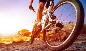 骑着自行车的车手人物摄影高清图片