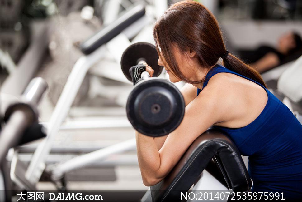 健身房臂部训练健身器材健身器械侧面杠铃辫子长发