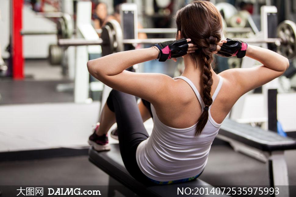 健身器材上干美女_高清摄影大图图片素材人物体育运动美女女人女性健身房健身器材健身