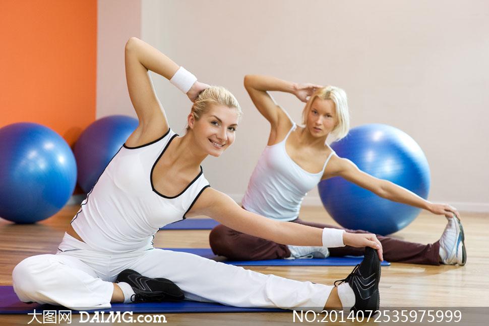 蓝色健身球与美女人物摄影高清图片图片