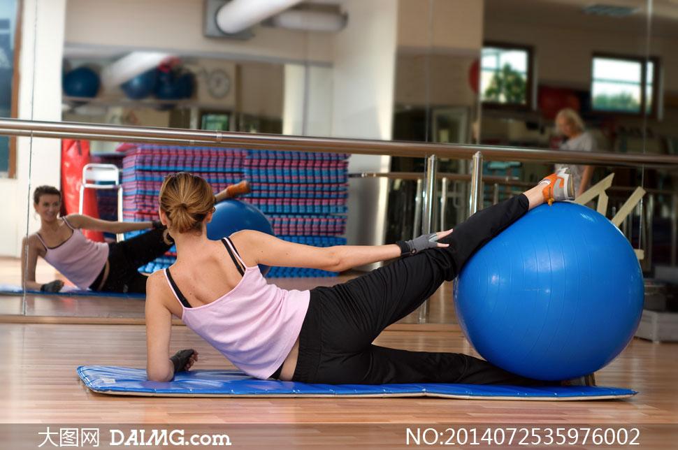 以健身球做锻炼的美女摄影高清图片