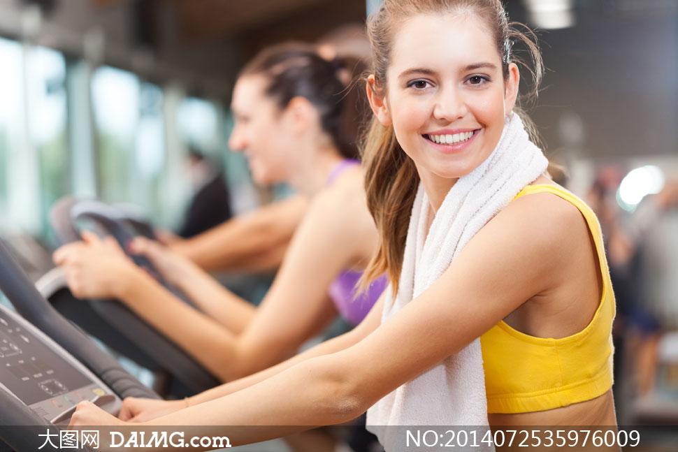 健身房做锻炼的美女们摄影高清图片