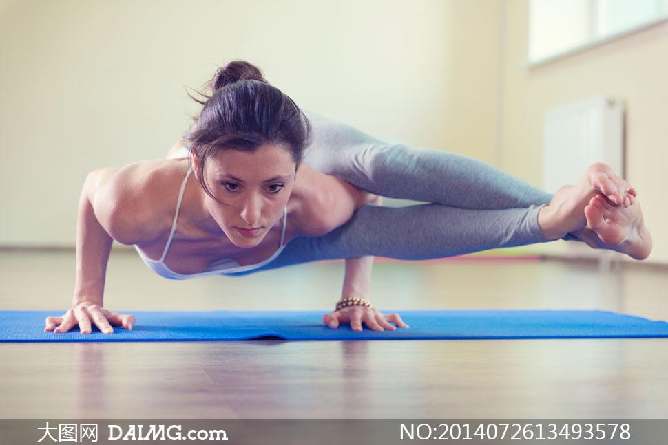 美女女人女性健身训练锻炼瑜伽瑜伽垫木地板紧身裤