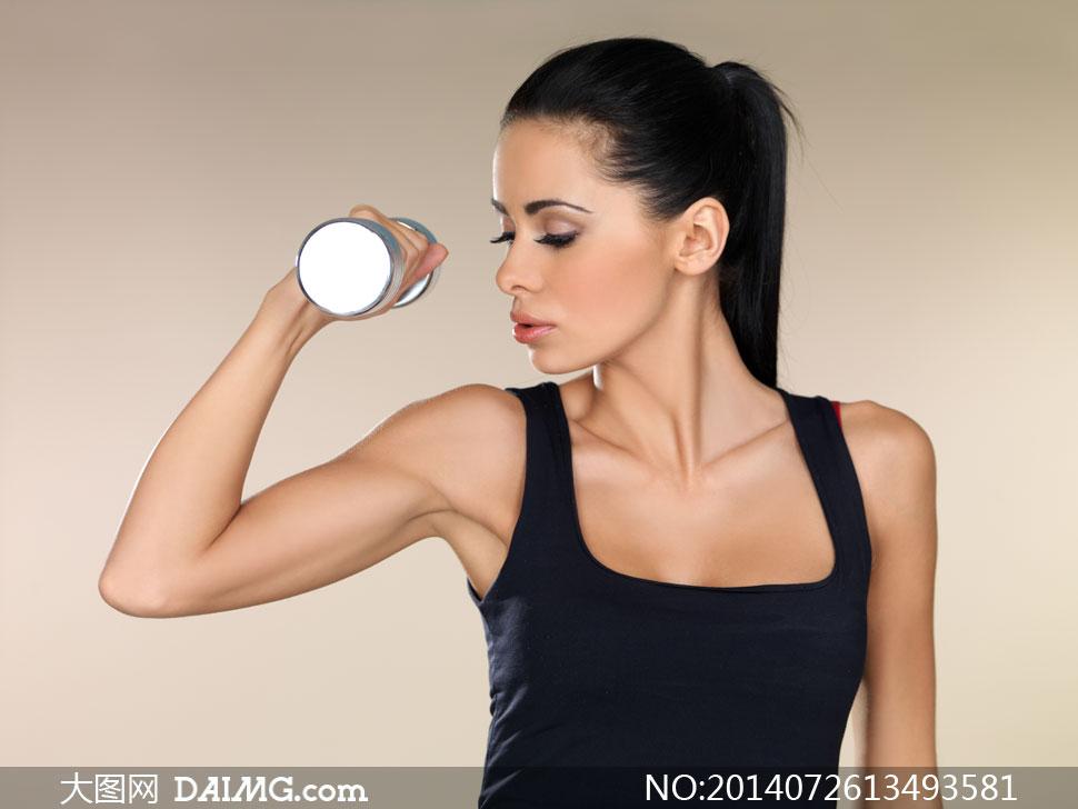 拿着哑铃的运动装美女摄影高清图片